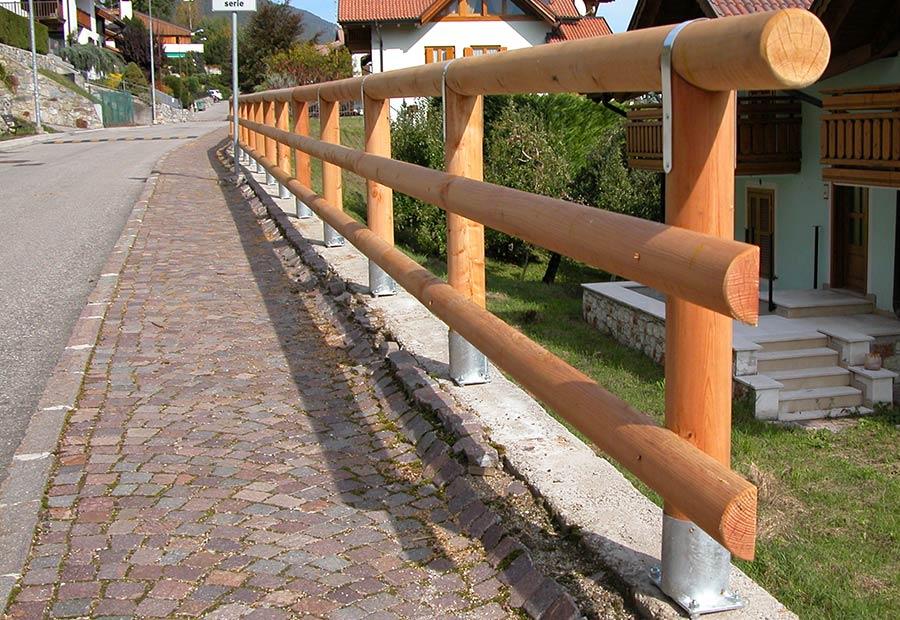 Pali in legno per recinzioni staccionate e steccati - Recinti in legno da giardino ...